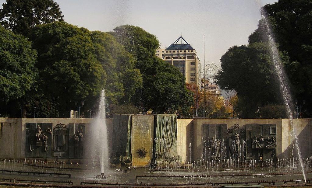 Conhecer as enormes e belas praças de Mendoza